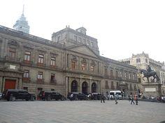 El Palacio de Minería; construido sobre la calle de Tacuba entre 1797 y 1813 por Manuel Tolsá. Inaugurado un 3 de abril hace exactamente dos siglos. Sede del Real Seminario de Minería y Real Tribunal de Minería, en 1847 fue tomado como cuartel por las tropas norteamericanas.