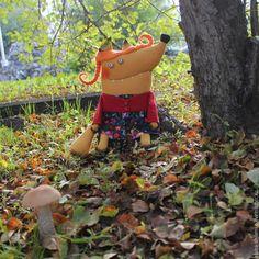 Каждая осень, такая цветная, яркая и тёплая! Она мне напоминает озорную лисицу в оранжевой шубке. И мне бы хотелось представить свой мастер-класс «Рыжая Лисичка». Между ёлок, между сосен Осторожно бродит осень. Осень — рыжая лиса — Красит в рыжий цвет леса. Но зелёного убора Не раскрасить ей у бора. Для лисы остры и колки Леса хвойного иголки. Владимир Александрович Степанов Нам понадобятся: 1.