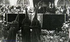 La Semana Santa y la Monarquía: Tres nazarenos de la Hermandad de la Carretería piden la venia a S.M. el Rey Alfonso XIII. Plaza de San Francisco, Viernes Santo de 1930