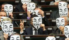 Des députés polonais du Mouvement Palikot (parti de gauche) derrière un masque de Guy Fawkes, le 26 janvier 2012, pour protester contre la signature par l'UE de l'accord ACTA. A.KEPLICZ/AP/SIPA