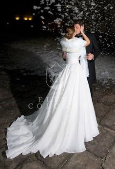 Abiti sposa Napoli. Un morbido abbraccio di mussola per l'abito da sposa di Daniela nel suo wedding day invernale romantico ed elegante. | Elena Colonna Atelier