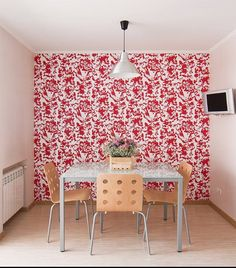 Dining area with a wallpapered feature wall | IKEA FAMILY live magazine - Russia