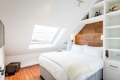 La stanza da letto prende luce dalla finestra per tetti #mansarda #skylight http://www.mansarda.it/mansarde/da-chiesa-a-mansarda/