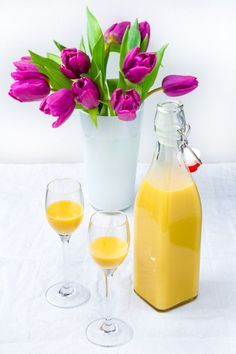 Eggnog with liqueur glasses and tulip vase Non Alcoholic Cocktails, Cocktail Drinks, Cocktail Recipes, Liqueur Glasses, Tulips In Vase, Vegetable Drinks, Healthy Eating Tips, Mixed Drinks, Food And Drink