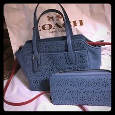 Beautiful coach set Cross Body / handbag and wallet 16 cc lot only carry the bag twice teal color Coach Bags Crossbody Bags