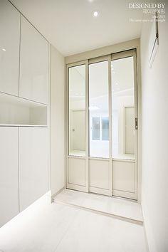 House Entrance, Entrance Doors, Drop Zone, White Houses, Mudroom, Sliding Doors, Home Crafts, Bathtub, Bathroom