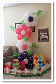 THEME BALLOON DECORATIONS | Garden Theme Decor : US Art Balloons   The fence for arouns her tree & presents.dse