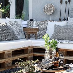 Totally throwing this out there. Could we create our own sectional seating with pallets? Outside Seating Area, Outdoor Seating Areas, Outdoor Rooms, Outdoor Living, Outdoor Furniture Sets, Outdoor Decor, Lounge Decor, Bohemian Chic Home, Palette Furniture