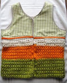 Chaleco combinado de tela de algodón y tejido tricolor en Crochet. (Medio Punto).