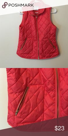 Vest size S This vest have a diamond shape puff style and is perfect for the fall or at night in the summer! Has a great cut Old Navy Jackets & Coats Vests