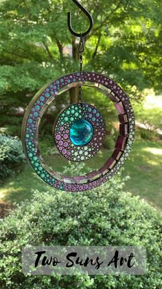 Mosaic Garden Art, Mosaic Art, Mosaic Glass, Glass Art, Mosaics, Art Soleil, Unusual Garden Ornaments, Unique Garden Decor, Diy Wind Chimes