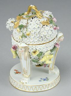 16: A Meissen porcelain Snowball covered ink well : Lot 16
