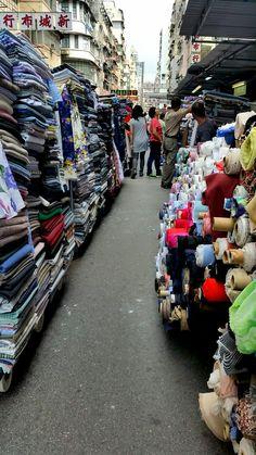Auf den Stoffmärkten von Hong Kong ist viel los. Hong Kong, Den, Travelling, Times Square, Street View