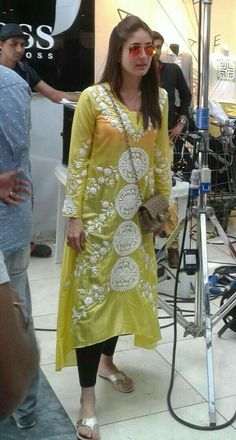 UTV Stars on is part of India clothes - Spotted KareenaKapoorKhan on the sets of Humshakals in Mauritius! Dress Indian Style, Indian Dresses, Kurta Designs Women, Blouse Designs, Indian Attire, Indian Wear, Pakistani Outfits, Indian Outfits, Sonam Kapoor
