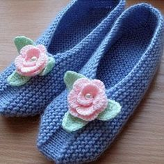 I want to try on these cozy knit Slippers associated with needles and decorated with knitted flowers. To associate them quite simply, schemes of knitting patterns. Love Knitting, Knitting Stitches, Knitting Socks, Baby Knitting, Knitting Patterns, Knitting Machine, Knitting Needles, Stitch Patterns, Crochet Patterns