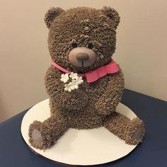 """Sim sim sim…esses ursinhos são feitos inteirinhos de bolo!! O primeiro que fiz confesso que apanhei um pouco (muito vai…quem eu estou querendo enganar???! rsrsrs), os braços teimavam em cair… os """"pelos"""" ficaram esquisitos…Tive que refazer umas mil vezes até …"""