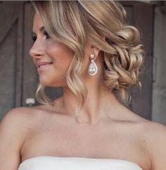 Gelin saçı için yaptığınız araştırma bazen aylarca sürebilir. Hem gelin saçı modellerinin fazla olması, hem de gelinlik ve yüz tipi gibi etkenlere göre karar vermek zorlaştığı için bu süreçte hem birçok model araştırmak hem de bu modellerin düğün detaylarınıza uygunluğunu araştırmak oldukça önemli. Düğün günü gelinlerin en çok stres olduğu şeylerden biri olan gelin saçı […]