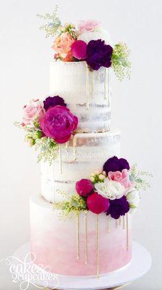 """Em uma tradução livre, drip cake significa """"bolo com gotas"""". Ele tem como características ser alto, colorido, com uma cobertura lisa e uma ganache escorrendo. É o tipo de bolo que pode ser adequado a qualquer estilo de casamento desde o clássico até o mais rústico. Ele permite uma série de combinações com flores, frutas, raspas de chocolate, confeitos e até macarons. A calda pode ser colorida ou metalizada."""