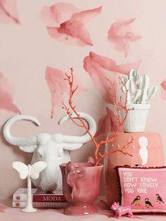 Colores trendy para la casa... ROSA PALO: Fíjate en el papel pintado que viste la pared: es una obra realizada a mano por Buenaventura