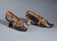 Pair of French shoes, 1780. Dark brown leather, ribbons in beige ruche