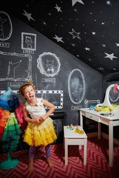 Chalkboard Walls: Nearly every parent has experienced that not-so-charming moment involving their child, a marker and white walls — er, once white walls. Those days are long gone thanks to chalkboard paint. (via Land of Nod) Art Et Design, Deco Design, Girls Bedroom, Girl Room, Child's Room, Bedroom Wall, Master Bedroom, Kids Clubhouse, Creative Kids Rooms