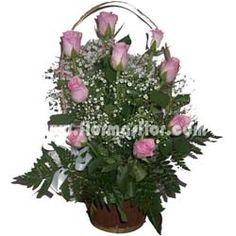 Cesta formada de 15 rosas rosas ecuatorianas de tamaño medio de gran selección adornadas con gipsofila y verdes.