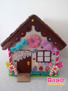 A delicious candy house to decorate your party ! With lots of felt sweets and more than 50 colorful and fun buttons decorating . Cardboard Gingerbread House, Christmas Gingerbread House, Felt Christmas Ornaments, Christmas Projects, Diy And Crafts, Christmas Crafts, Crafts For Kids, Felt Crafts Patterns, Felt House