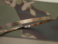 * bracelets | oogst-sieraden * Armband * Roodgouden rinkelband met spitse hamerslag * 1230 euro *