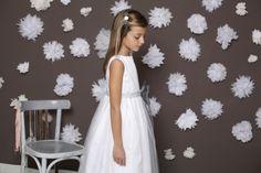 Complementa tu vestido de comunión con este sencillo y elegante pasador de pelo diseñado con flores grises y blancas. ¿El resultado? Un traje de comunión único. Menudos complementos de comunión hay en Quémono! http://www.quemono.org/complementos/para-el-pelo/