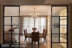 簡單線條的餐桌椅凸顯水晶吊燈的主體氣勢,拋光石英磚地面使空間敞朗明亮。