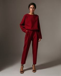 Sweatshirt and tapered trousers in dark red — Namelazz Look Fashion, High Fashion, Fashion Tips, Lolita Fashion, 80s Fashion, Fashion Boots, Classy Outfits, Casual Outfits, Elegantes Outfit