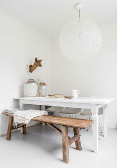 Tafel wit en bank in naturel hout