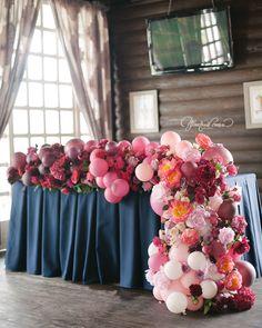 Оформление стола молодых живыми цветами в сочетании с воздушными шарами ручной окраски