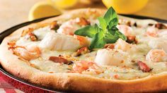 The delights of the sea on a crisp pizza, what a great idea! To save time, get ready-to-use seafood mixes from the frozen food section. Pizza Recipes, Cooking Recipes, Pizza Buns, I Want Pizza, Seafood Pizza, Pizza Cake, Pizza Pizza, Tomate Mozzarella, Seafood Recipes
