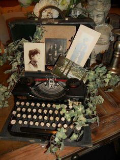 Typewriter with old photos. - Typewriter with old photos… Source by eldiezee Décor Antique, Antique Decor, Vintage Decor, Vintage Antiques, Vintage Party Decorations, Design Vintage, Antique Interior, Country Decor, Farmhouse Decor