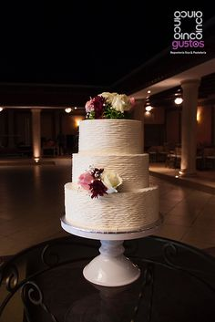 Pastel de boda con arreglo de flores naturales. Natural flowers wedding cake.