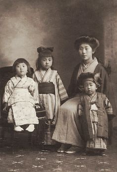 +~+~ Vintage Photograph ~+~+ Japanese Mother and her children. ca. 1920.