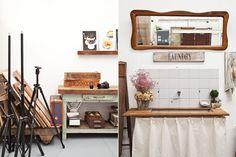El espacio de trabajo de una estilista  A la derecha, la división entre el estudio y el living. Cartel 'Laundry' hecho con transfer sobre madera recuperada, al igual que el organizador con clavos. La bacha ya estaba en el lugar, y la tabla de planchar y el espejo vienen de familia. Foto:Magalí Saberian