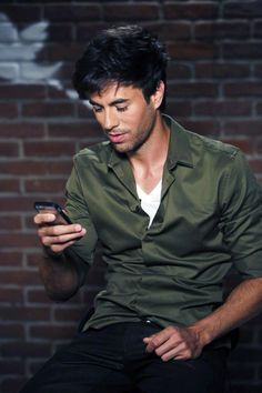 Why would someone type a mean tweet to Enrique Iglesias??! He's AMAZING, talented and really good looking! ;D