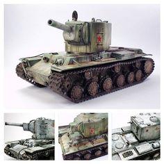 КВ-2 — советский тяжёлый штурмовой танк начального периода Великой Отечественной войны. Масштаб модели: 1/35. Длина в собранном виде: 200 мм. Особенности модели: имитация коррозии на башне; люки открываются и закрываются; в комплект входит фигурка танкиста; легкая сборка.