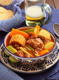 Este mole es tan rico,sustancioso y nutritivo quemuchos hogares mexicanoslo sirven una vez por semana.Cada quien tiene su versiónfavorita.
