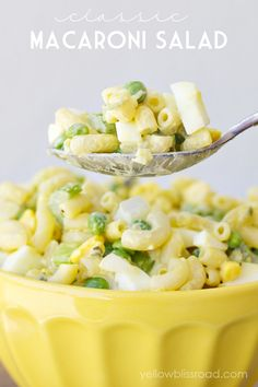 This Classic Macaroni Salad from Yellow Bliss Road combines elbows macaroni, celery, hard-boiled eggs, mustard, mayo and peas to make a perfect addition to your outdoor party! Best Macaroni Salad, Classic Macaroni Salad, Elbow Macaroni Recipes, Garlic Parmesan Pasta, Lemon Garlic Pasta, Pea Salad, Salad Bar, Fruit Salad, Side Salad
