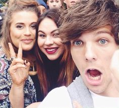 Louis with fans today. This makes me beyond happy