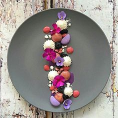 Gourmet Food Plating, Food Plating Techniques, Dessert Presentation, Weight Watcher Desserts, Low Carb Dessert, Fancy Desserts, Dessert Decoration, Restaurant Recipes, Culinary Arts