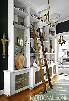 To add interest, a metallic wallcovering was applied to the back wall of the built-in bookcase's upper shelves - Photo: Peter Rymwid / Design: Jennifer Hutton and Mickey Sharpe Bookcase Wall, Built In Bookcase, Bookcases, Interior Architecture, Interior Design, Bookcase Styling, Traditional House, Built Ins, Decoration