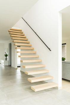 escalier flottant avec des marches chêne clair