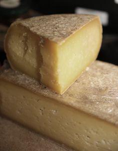 FORMAGGIO D'ALPE MISTO P.A.T. Formaggio grasso, di breve, media o lunga stagionatura, a pasta dura. Nei pascoli dove la monticazione usa portare ancora, oltre che le vacche, anche le capre, si produce questo formaggio dove il latte delle due specie viene miscelato in proporzioni casuali. Di solito quello caprino non supera il 20% del latte lavorato. Sheep Cheese, Goat Cheese, No Cook Appetizers, Queso Cheese, Italian Cheese, Lactation Recipes, Cheese Lover, Slow Food, Kefir