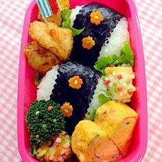 ちょっぴりデコした、おにぎり弁当✨ kumiさんと同じくあ〜るママ〜、ブロッコリーにぶぶちゃん一緒⁈ 食べともでよろしく(*^◯^*) - 120件のもぐもぐ - おにぎり弁当 by soracafe