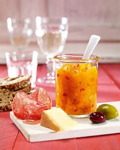 Eine fruchtige Aprikosen-Paprika-Soße für das Grillfest