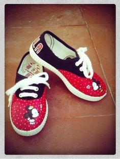 Zapatillas pintadas con Minnie y Mickey Mouse besándose Detalle: topitos en blanco y el nombre de Paula en la parte de detrás